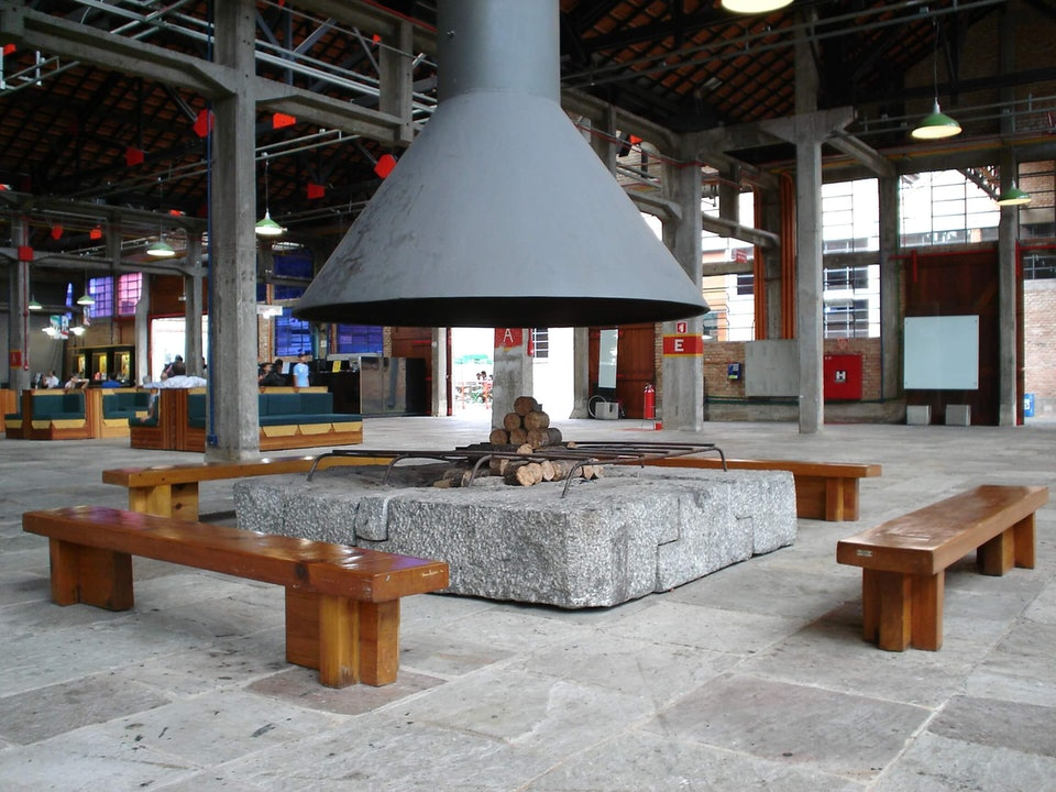 Lina_Bo_Bardi,_SESC_Pompéia_benches_designed_for_sesc_paulisson miura_wikimedia_commons