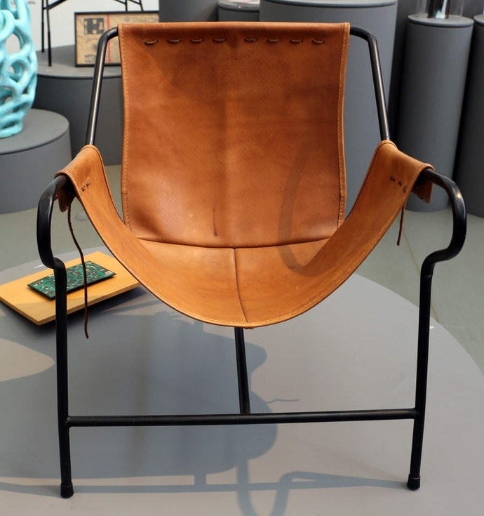 Três Pés Lounge Armchair by Lina Bo Bardi 1948 Sailko wikimedia commons