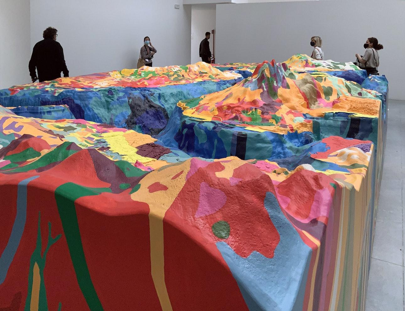 Экспозиция «Мир, вывернутый наизнанку» (авторы Джойс Сян и Бимал Мендис) в павильоне, посвященном выставке «Как мы будем жить вместе?»