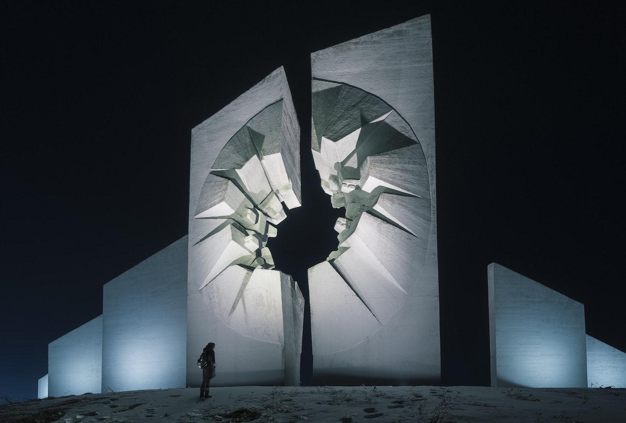 Мемориальный комплекс в Кадиняче, Сербия, Сяо Янг, Xiao Yang Eternal monuments in the dark