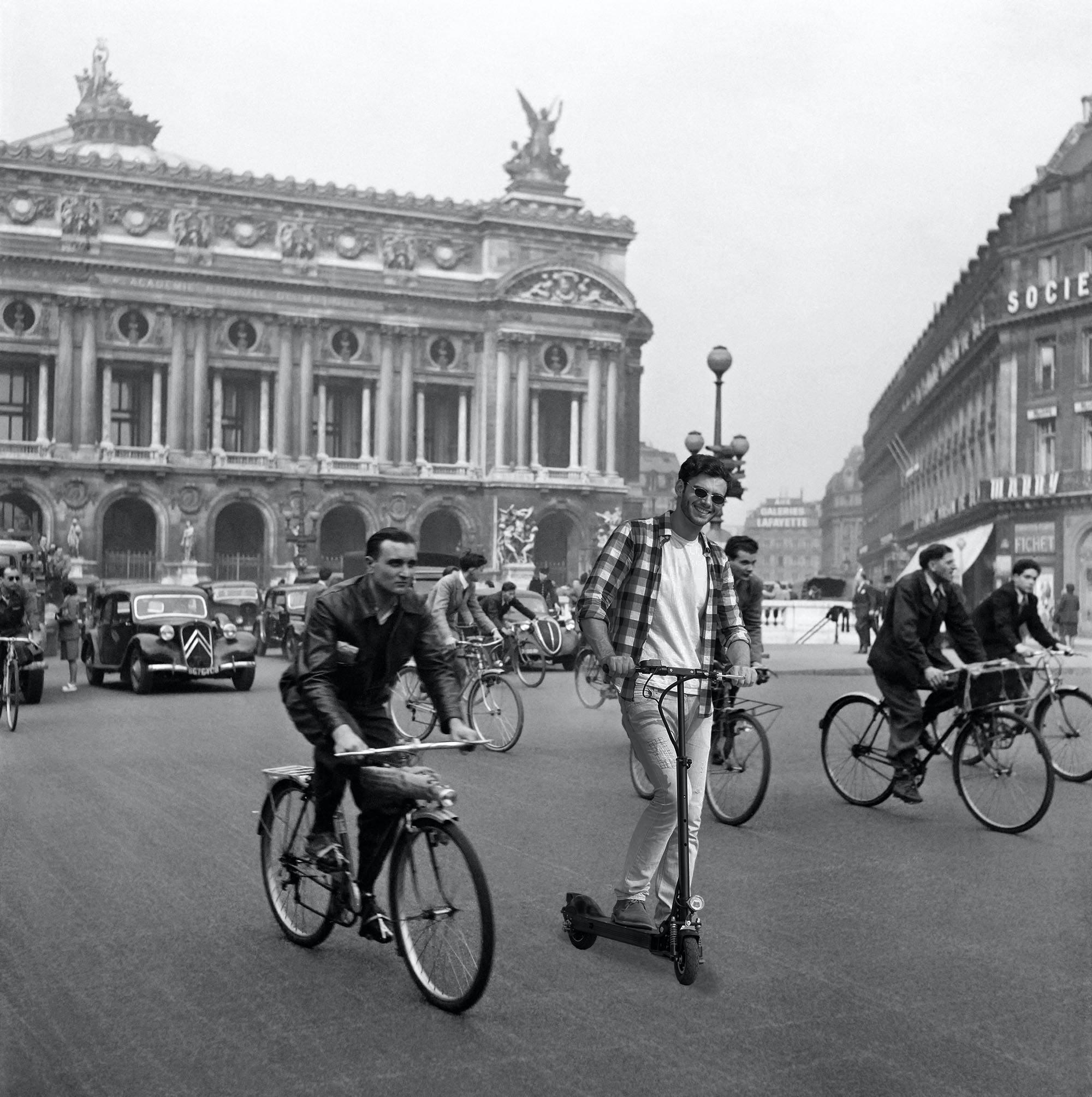 Велосипедисты электросамокаты Париж