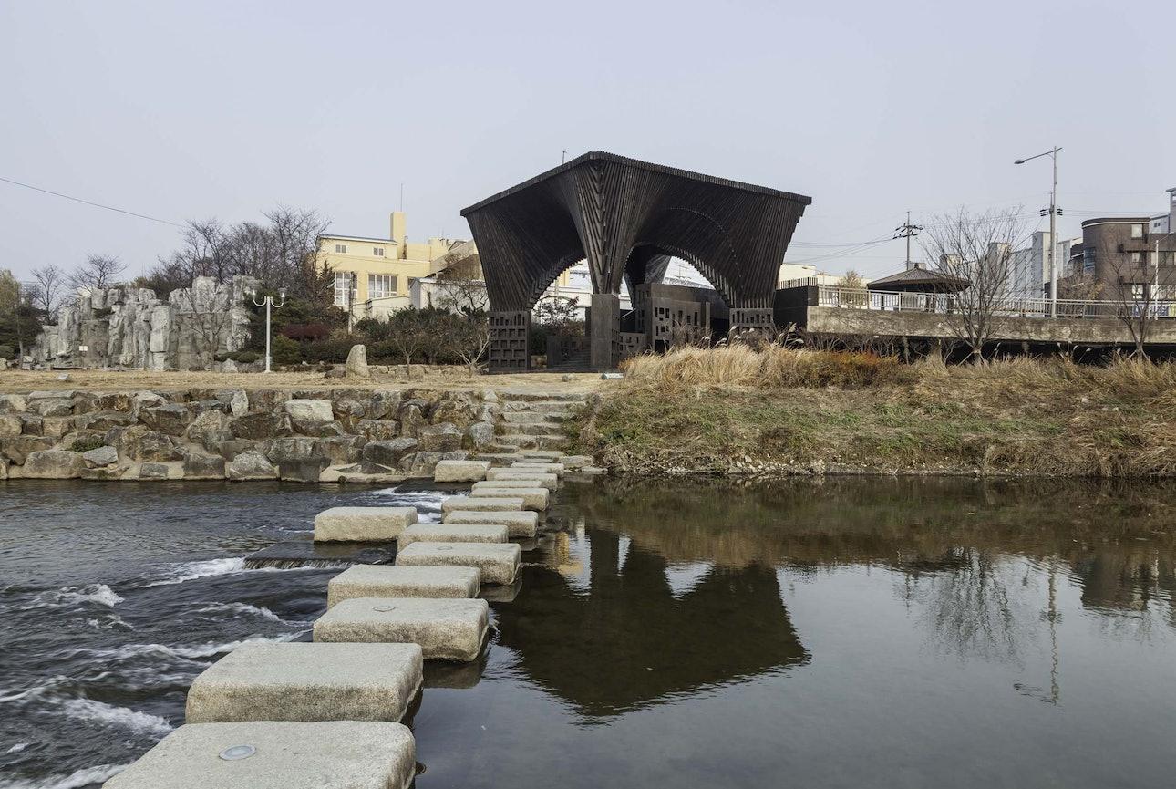 Девід Аджаїє Читальна зала біля річки