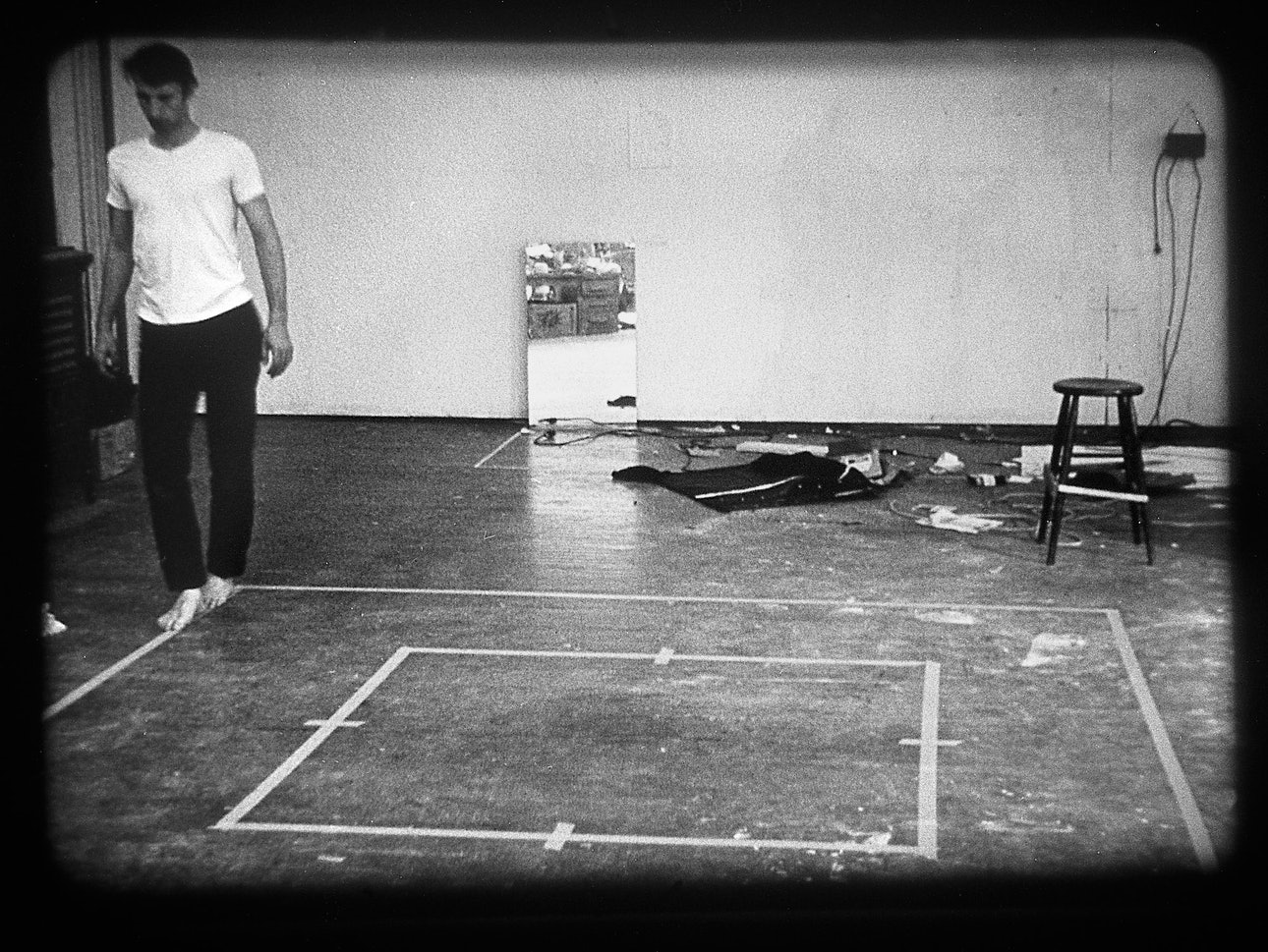 Брюс Науман Брюс Науман, Хождение по периметру квадрата с преувеличенными движениями, 1967-1968 гг., Коллекция Музея Stedelijk в Амстердаме © 2021 Брюс Науман: Pictoright Amsterdam