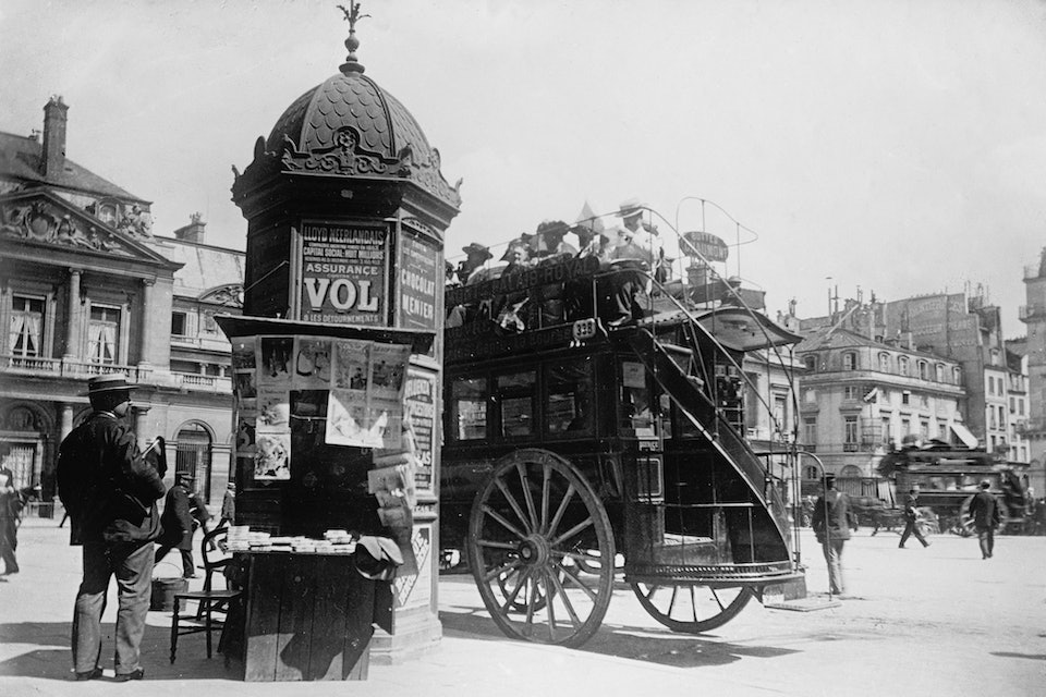 Typical_Parisian_conrner_with_kiosk_1909_1919
