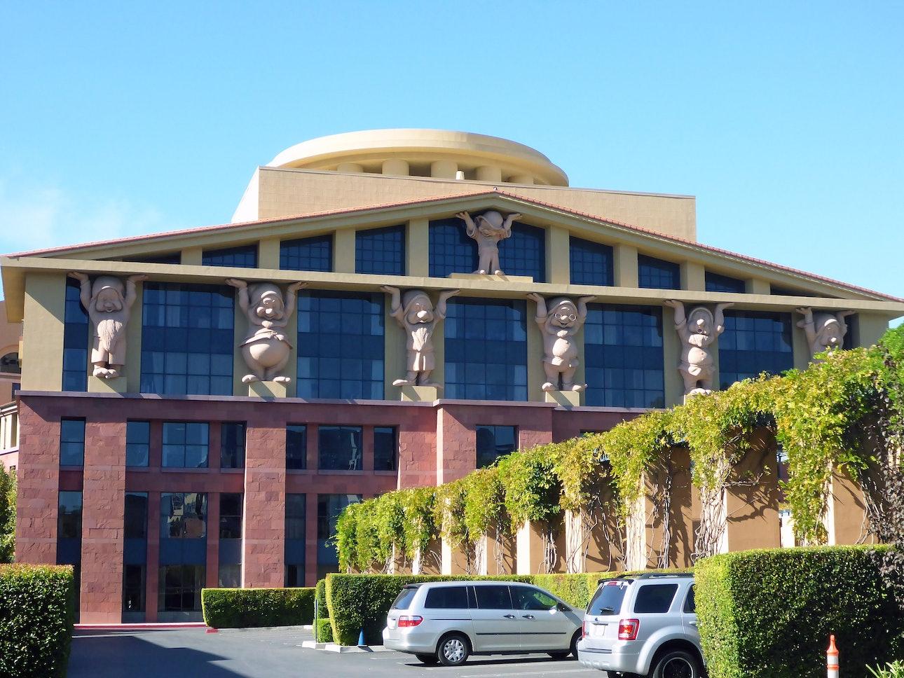 Здание Дисней в Калифорнии архитектура постмодернизм гномы